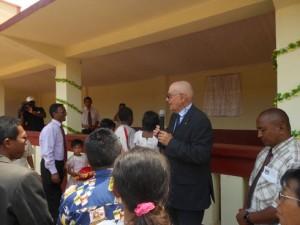 Jacques Berly prenant la parole lors de l'inauguration de réfectoire.