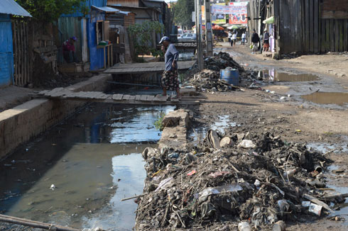 Evacuation d'eaux usées : Les canaux d'évacuation bouchés par des ordures