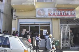 Le paiement par téléphone mobile réduit déjà les longues queues devant les agences Jirama.