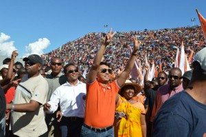 Andry Rajoelina saluant la foule à Antsonjombe. (Photo Kelly)