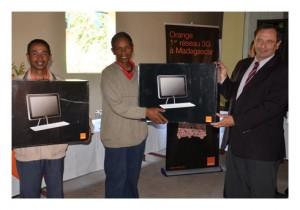 Orange Madagascar a attribué un ordinateur et un modem aux étudiants de Faratsiho pour qu'ils puissent bénéficier d'Internet haut débit, grâce à 3G.