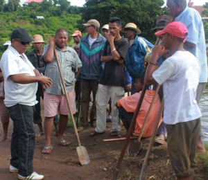 Ra-Théo à l'extrême gauche a contribué au projet d'adduction en eau potable à Ambodifefy, Betafo.