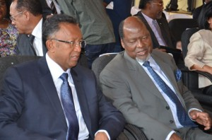 Hery Rajaonarimampianina et Joaquim Chissano en pleine conversation. (photo Kelly)