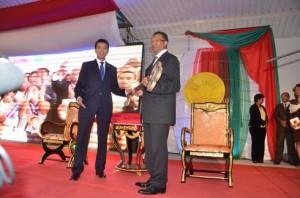 Le président de la Transition, Andry Rajoelina remettant la clef de Madagascar au président Hery Rajaonarimampianina.