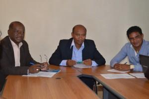 Les membres de la CENI de gauche à droite Pascal Andrianantenaina (membre), Landry Ramarojaona (vice-président) et Romuald Rakotondrabe (membre), hier, au siège de la FMF au cours d'une conférence de presse. (Photo Nary Ravonjy).
