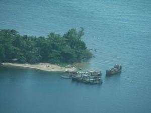 Vue satellitaire d'un transbordement de bois de rose via des boutres dans un plus grand bateau. (Photo d'archives)