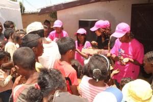 Les enfants bénéficiaires de la première action sociale de l'association Mitsinjo Ny Aina.