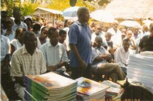 Jaony Justeur François, président de l'AAFED (au milieu), a fait le déplacement jusqu'à Antalaha pour remettre les livres aux responsables locaux.