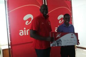 L'heureux gagnant Imboulé Herizo, recevant son lot des mains de Celio Nzokiza Directeur Marketing d'Airtel Madagascar.
