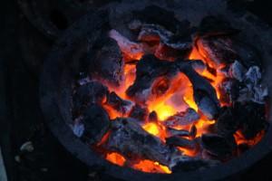 Les foyers traditionnels consomment deux fois plus de charbon que les « fatana mitsitsy ».  (Photo d'archives)