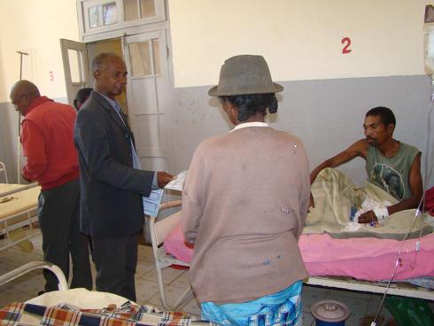 Association Mampiray : Don de lits au CHRR d'Ambositra