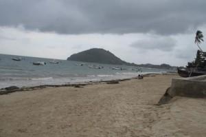 Basse saison, mauvais temps, insécurité : autant de raisons qui expliquent cette absence des touristes  sur la fameuse plage d'Ambatoloaka.