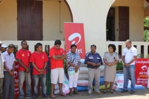 Les responsables locaux et les représentants d'Airtel, lors de la remise des dons.