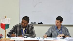 Le directeur général de l'Office Nationale de l'Environnement (ONE), Jean Chrysostome Rakotoary et le président d'Ambatovy, Mark Plamondon, signant le PGES.
