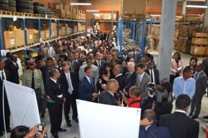Visite guidée de ce grand entrepôt de 750 m² avec le PRM Hery Rajaonarimampianina et toutes les personnalités invitées.