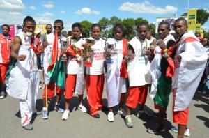 Les 8 Champions d'Afrique avec les coupes et les médailles. (Photo Kelly).