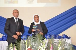 Sœur Claudine Aimée a reçu son trophée des mains du Directeur Général de l'OMAPI.
