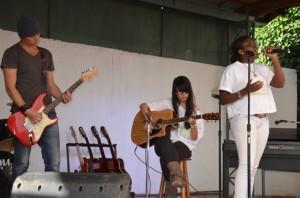 Scael, Valentine et Line sur scène. (Photo Kelly)