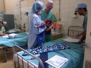 Un bébé parmi de nombreux autres qui ont  bénéficié d'une opération chirurgicale dans le cadre de l'opération Smile.