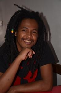 Luck Razanajaona, un artiste jusqu'au bout des… cheveux. (Photo : Kelly)