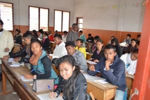 Les candidats, très concentrés sur leurs copies, en ce premier jour. (photo Nary)
