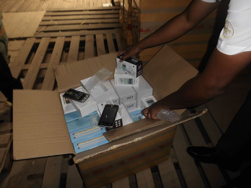 Douanes : 16 000 téléphones portables introduits en fraude