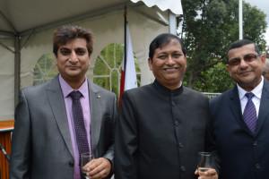 (Au centre), L'Ambassadeur de l'Inde à Madagascar, SEM Chandra Ballabh Thapliyal, accompagné des présidents des communautés indiennes dans le pays. (Photo : Nary Ravonjy)