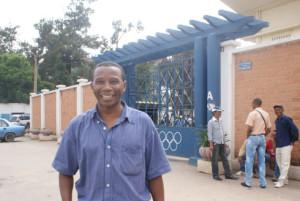 Roland Kely devant le stade de Mahamasina où il a connu des moments magiques avec le Club M.