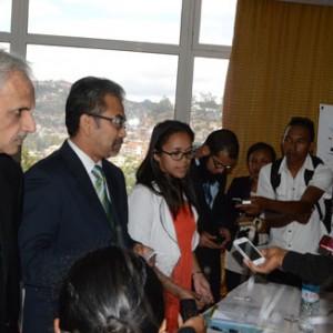 G à D : Mr Shiri Prakash Rai Directeur Régional pour l'Asie du Sud Est et le Nord Est de la compagnie Air Mauritius et Mr Datuk Musa HJ Yusof Directeur du bureau international du tourisme malaysien pour l'Afrique et l'Asie durant la conférence de presse.