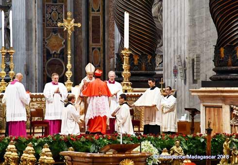 Vatican : Le Pape François remet l'anneau cardinalice au Mgr Désiré Tsarahazana
