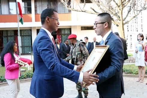 CRBC : Le DG He Yu  élevé au grade de Chevalier de l'Ordre National