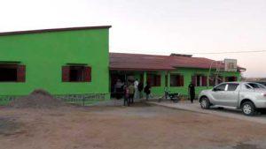 Vue de l'extérieur de la maison des jeunes et de l'emploi d'Ambovombe. MJE est une référence au pays et dans la région de l'Afrique-Australe.