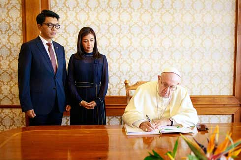 Iavoloha : Rajoelina réaffirme son « velirano » devant le pape