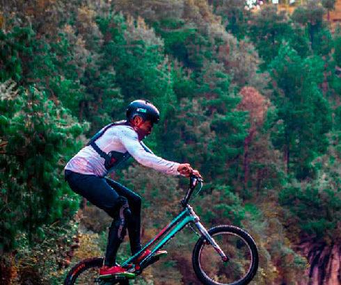 Performance : Sami Andria plonge à vélo dans le lac Tritriva