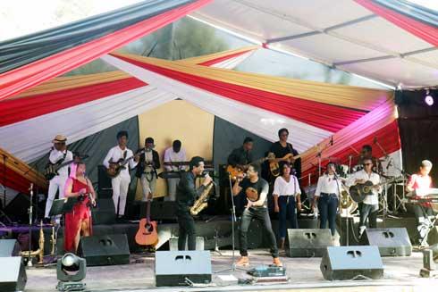 Antsahamanitra : Lola et Njakatiana en symbiose avec le public